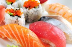 Sushi y rodillos de California Imagen de archivo libre de regalías