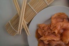 Sushi - Zalm op een schotel wordt voorbereid die stock foto