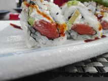 Sushi: Zalm yummy rijst Japan royalty-vrije stock afbeelding