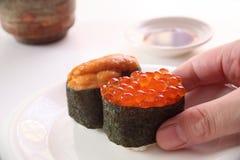 Sushi, Zalmkuiten en zeeëgel Stock Foto's
