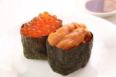 Sushi, zeeëgel en zalmkuiten Stock Foto's