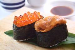 Sushi, zeeëgel en zalmkuiten Stock Afbeelding