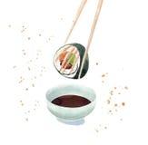 Sushibroodje het onderdompelen in de sojasaus, die sushi eten Stock Foto