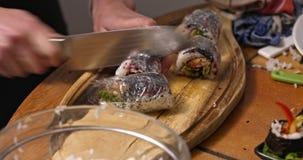 Sushibroodje, maki van Californië stock videobeelden