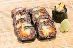 Sushibroodje met groente en kustrijst binnen naast wasabi Royalty-vrije Stock Fotografie