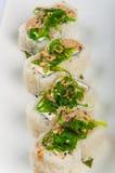Sushibroodje met roomkaas, zeewier, sesamzaden, kruidige saus stock fotografie