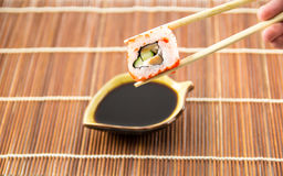 Sushibroodje met zalmkomkommer en kaas met eetstokjes stock fotografie