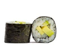 Sushibroodje in nori met avocado op witte achtergrond wordt geïsoleerd die stock foto's