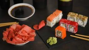 Sushibroodjes en sashimi in een zwarte plastic doos stock videobeelden