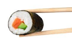 Sushibroodjes met avocado en zalm eetstokjes stock fotografie