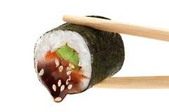 Sushibroodjes met avocado, zalm en teriyakisaus eetstokjes royalty-vrije stock foto