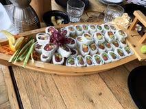Sushibroodjes met garnaal, avocado, tonijn, vissen Sushimenu Japans voedsel royalty-vrije stock afbeelding