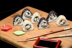 Sushibroodjes met krabvlees met sesamzaden wordt behandeld dat stock afbeelding