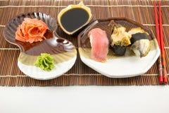 Sushibroodjes met tonijn en paling op achtergrond Royalty-vrije Stock Afbeeldingen