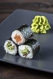 Sushibroodjes met wasabi worden geplaatst die Stock Afbeelding