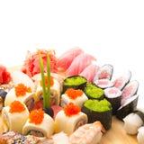 Sushibroodjes op een houten plaat in een restaurant worden gediend dat Royalty-vrije Stock Afbeeldingen