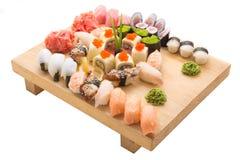 Sushibroodjes op een houten plaat in een restaurant worden gediend dat Royalty-vrije Stock Foto