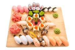 Sushibroodjes op een houten plaat in een restaurant worden gediend dat Stock Afbeelding