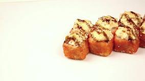 Sushibroodjes op een witte achtergrond stock footage