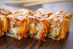 Sushibroodjes op houten lei worden gediend die Stock Fotografie