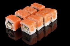 Sushibroodjes op zwarte achtergrond Stock Foto