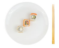 Sushibroodjes in plaat met geïsoleerde eetstokjes Stock Foto's