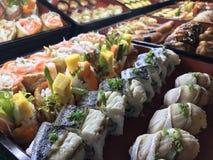 Sushibuffé i restaurangen Mat och drink royaltyfria bilder
