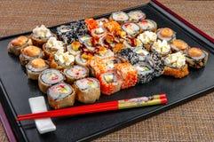 Sushidoos met geassorteerd met sushistukken royalty-vrije stock afbeelding
