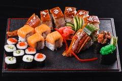 Sushidrache mit Aal, Gurke und Avocado auf einem schwarzen Hintergrund Japanisches Lebensmittel, geschmackvoll von der Mahlzeit f lizenzfreies stockbild