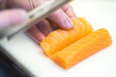 Sushiförlage, bitande sushirullar framställning av rullsushi Fotografering för Bildbyråer