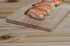 Sushigarnalen vers op houten plaat Royalty-vrije Stock Afbeelding
