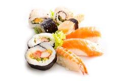 Sushiinzameling, op witte achtergrond wordt geïsoleerd die Stock Afbeeldingen
