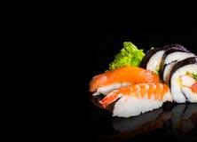 Sushiinzameling, op zwarte achtergrond wordt geïsoleerd die Royalty-vrije Stock Foto's