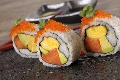 SushiKalifornien rulle på den svarta plattan Royaltyfri Fotografi
