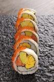 SushiKalifornien rulle på den svarta plattan Royaltyfri Bild