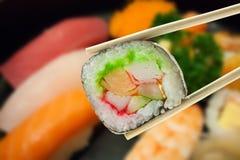 Sushimaki in eetstokjes royalty-vrije stock foto