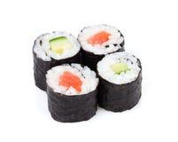 Sushimaki met zalm en komkommer wordt geplaatst die Stock Foto's