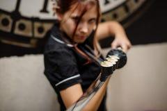 Sushimaster serve i sushi su un katana Immagine Stock
