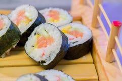 SushiMeeresfrüchte im Restaurantabschluß oben Königgarnelen, -meerespflanze und -kaviar für Feinschmecker Stockfoto