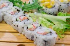 SushiMeeresfrüchte im Restaurantabschluß oben Königgarnelen, -meerespflanze und -kaviar für Feinschmecker Stockfotos