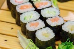 SushiMeeresfrüchte im Restaurantabschluß oben Königgarnelen, -meerespflanze und -kaviar für Feinschmecker Lizenzfreie Stockfotografie