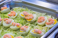 SushiMeeresfrüchte im Restaurantabschluß oben Königgarnelen, -meerespflanze und -kaviar für Feinschmecker Stockbild