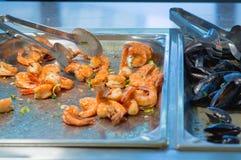 SushiMeeresfrüchte im Restaurantabschluß oben Königgarnelen, -meerespflanze und -kaviar für Feinschmecker Stockfotografie