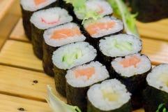 SushiMeeresfrüchte im Restaurantabschluß oben Königgarnelen, -meerespflanze und -kaviar für Feinschmecker Stockbilder
