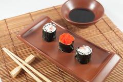 Sushimenü mit Sojasoße und Essstäbchen Stockbild
