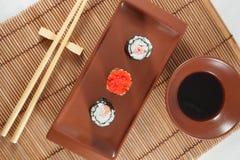 Sushimenü mit Sojasoße und Essstäbchen, traditionelles japanisches Lebensmittel Lizenzfreies Stockfoto