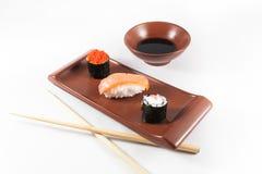 Sushimenü mit Wasabi, Sojasoße und Essstäbchen Lizenzfreie Stockbilder