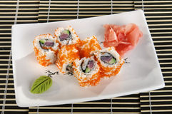 Sushimenü rollt mit Kaviar des fliegenden Fisches Stockfoto