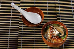 Sushimenü-Sushisuppe mit unterschiedlicher Vielzahl von Fischen und von Pilzen Stockfoto