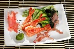 Sushimenügarnele mit Gurke und Meerespflanze Lizenzfreies Stockbild